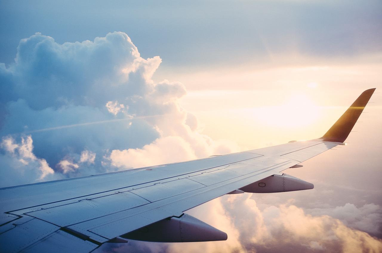 Aile d'un avion dans le ciel