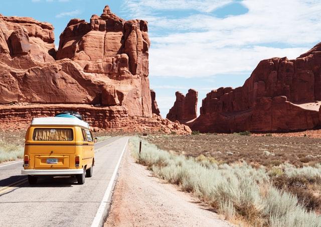 Partir en vacances cet été : en voiture, en train ou en avion ?